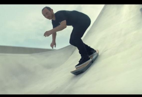 急斜面を滑降していくホバーボード