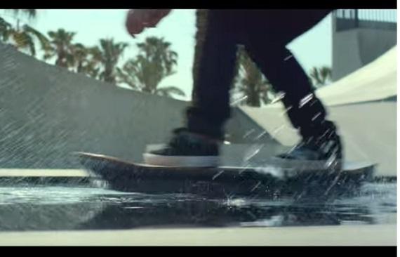 水上を滑走するホバーボード2