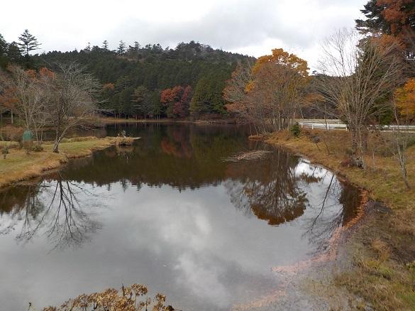 紅葉に囲まれた段戸湖