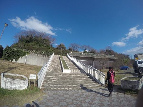 駐車場から滝ノ水公園に続く階段
